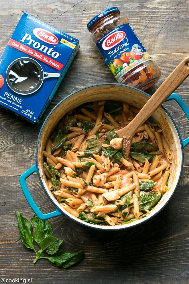 One-pot-creamy-tomato-chicken-spinach-pasta-with-Barilla-Pronto