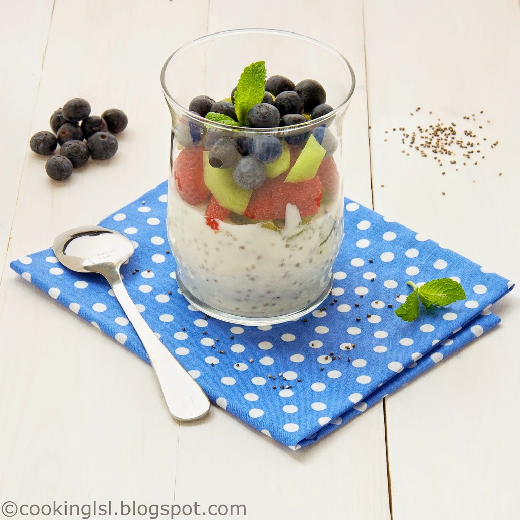 Yogurt-pudding-with-chia-seeds-and-strawberries-kiwi-and-blueberries