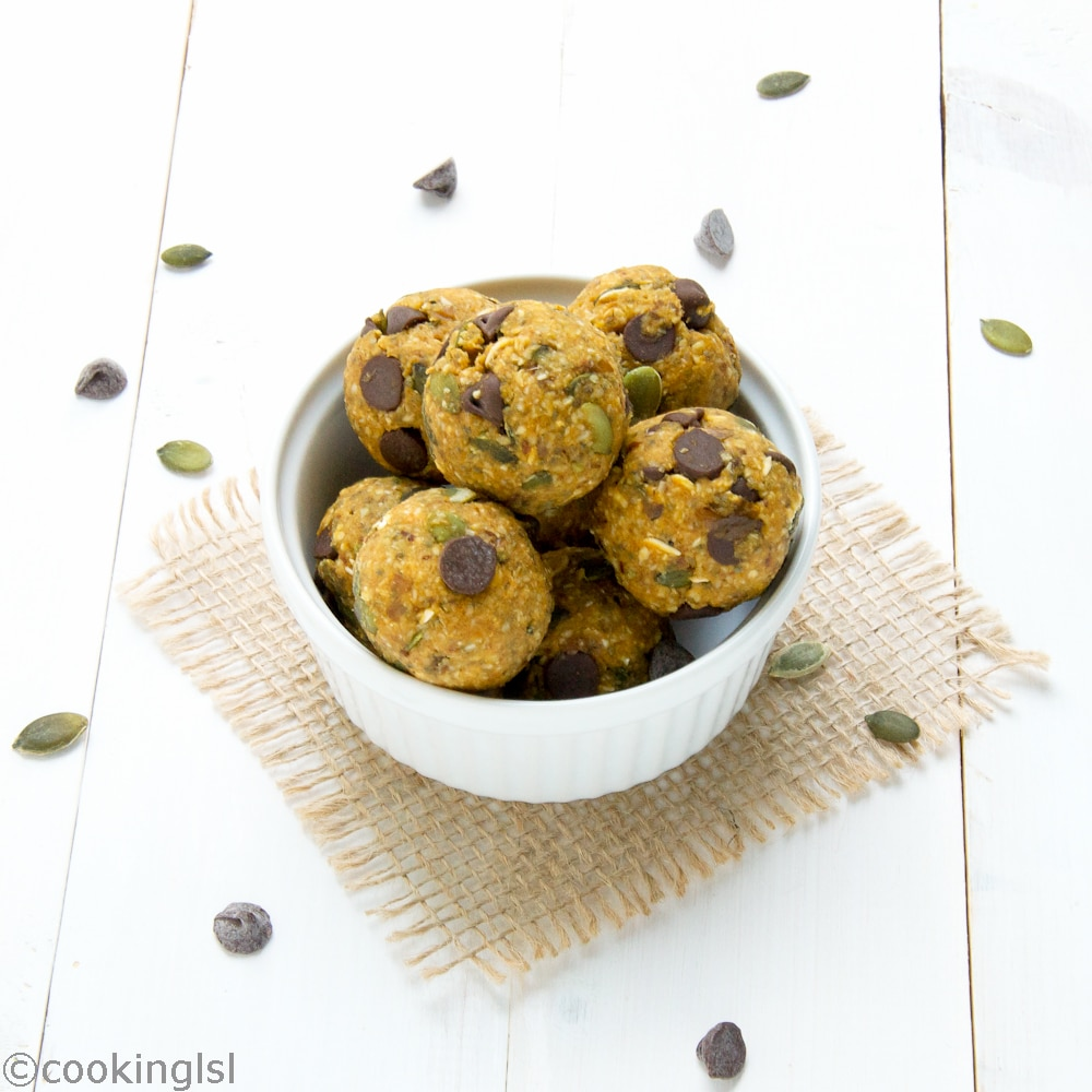 Pumpkin-Spice-Energy-Balls-chocolate-chips