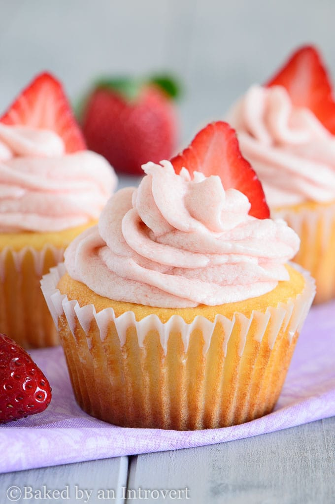 vanilla-yogurt-cupcakes-with-stawberry-frosting