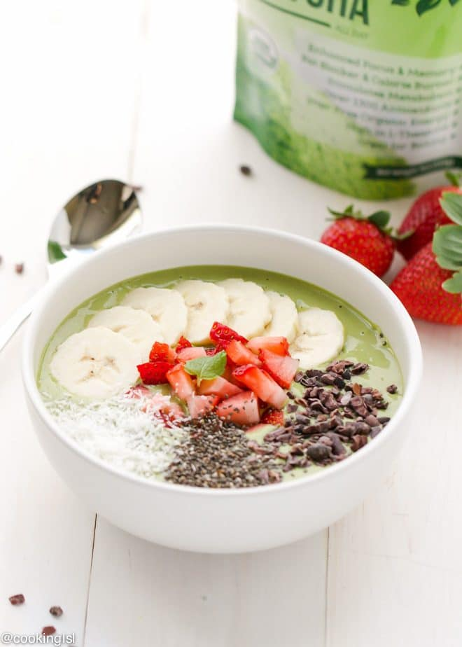 matcha green tea smoothie bowl breakfast
