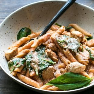 One-pot-creamy-tomato-chicken-spinach-pasta-with-Barilla-Pronto
