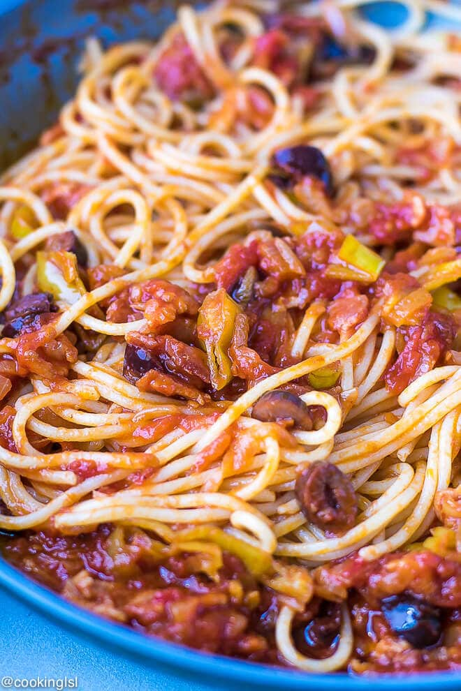 Easy, light full of flavor. Pan with pasta with pepperoncini peppers pasta sauce - a few simple ingredients to make