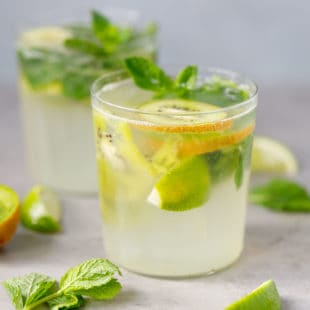 Kiwi mojitos with mint in glassses